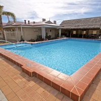 bunbury-motel-pool-04